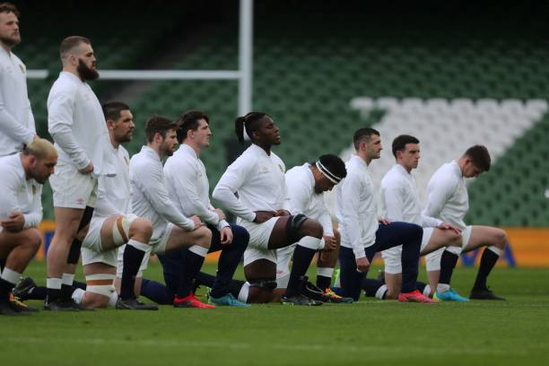 England's players line up during the 'taking the knee' minute ahead of the Six Nations international rugby union match between Ireland and England at the Aviva Stadium in Dublin, on March 20, 2021. (Photo by Niall Carson / POOL / AFP)